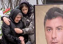 Мать и дочь Немцова на могиле. Фото: А.Агеева/Грани.Ру